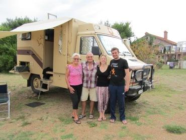 Norly und Wolfgang mit ihrem 30-jährigen Camper