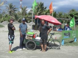 06 Tobi & Thomas mit Walter und seinem Empanada-Wagen