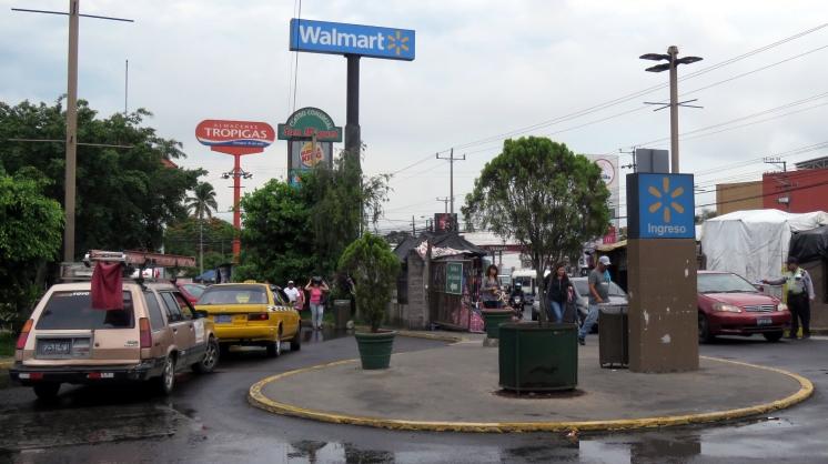 001 Walmart & Fastfood in San Salvador