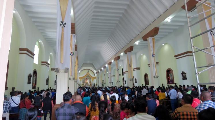 001 volle Kirche in Cobán